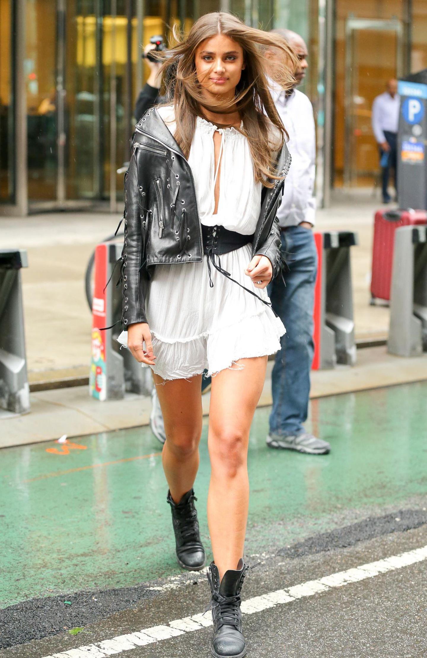"""Taylor Hills Erfolgsgeschichte klingt stark nach dem """"American Dream""""; im Alter von 14 Jahren wurde sie auf einer Pferderanch in Colorado entdeckt und modelte seitdem für die größten Modehäuser der Welt. Mit nur 21-Jahren läuft sie bereits zum vierten Mal über den Laufsteg von """"Victoria's Secret""""."""