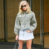 """Auch Elsa Hosk gehört zu den """"Angels"""". Die schöne Schwedin zeigt, dass sie auch in richtigen Kleidern toll aussieht und trägt zum Jeansrock eine coole Leo-Jacke, Dior-Schuhe und eine It-Bag von Chanel."""