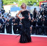"""Schwungvoll präsentiert sich das brasilianische Model Renata Kuerten bei der Premiere von """"Downsizing"""" im sexy Feder-Kleid."""