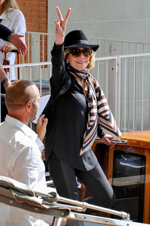 Jane Fonda zeigt sich bei ihrer Ankunft in Venedig in bequem-elegantem Look in Schwarz.