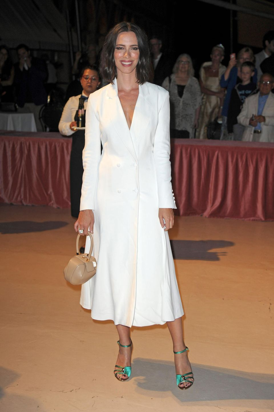 Für das abendliche Dinner hat sich Rebecca Hall für dieses schöne Mantelkleid entschieden.