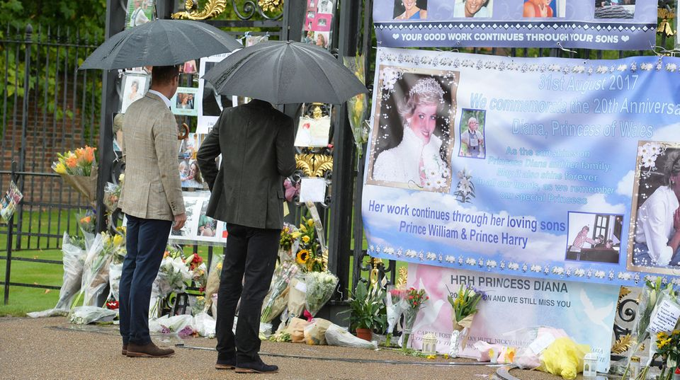 Prinz William und Prinz Harry am Tor des Kensington Palasts