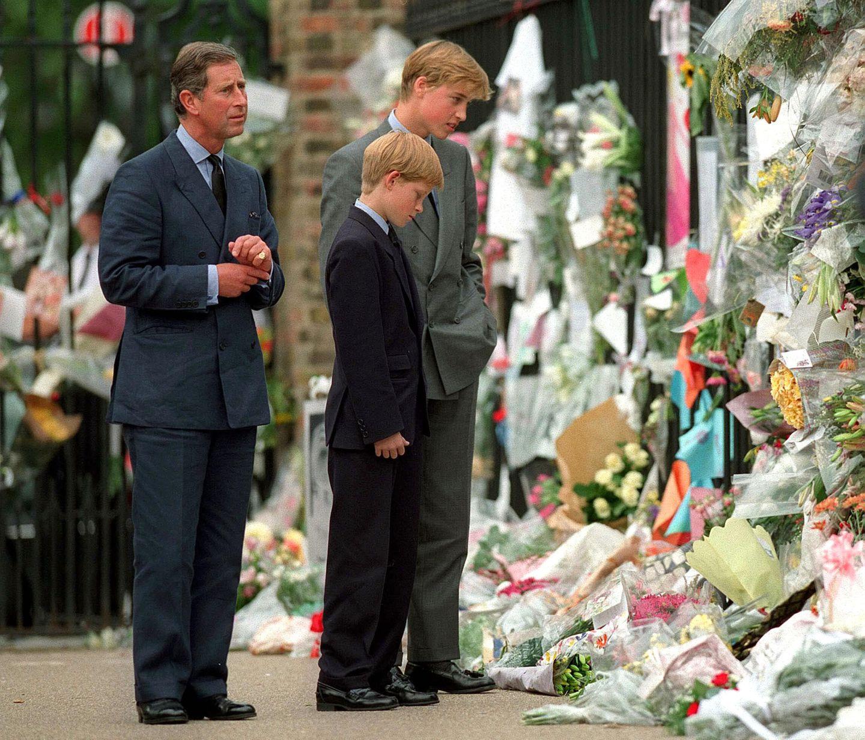 Damals, im Jahr 1997 bewegen der 15-jährige Prinz William und sein 12-jähriger Bruder Prinz Harry die Massen, als sie die ihrer Mutter zu ehren abgelegten Blumensträuße und Plakate betrachten.