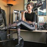 In Jogginghose im TV - für Sophia Thomalla wird ein kleiner Traum wahr, so schreibt sie es zumindest auf Instagram. Zur angesagten schwarzen adidas Hose trägt sie ein sexy Crop-Top, Spitzen-Strumpfhose und High-Heels