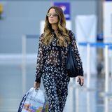 Auch Kate Beckinsale achtet auf ihren Look, wenn sie von A nach B reist. Der florale Chiffon-Jumpsuit steht ihr zumindest hervorragend.
