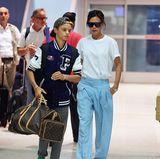 Nach einer Shopping-Tour mit Sohn Romeo geht es für Victoria Beckham von New York zurück nach London. Und im weiß-hellblauen Lässig-Look sieht sie dabei auch wie üblich ziemlich stylisch aus.