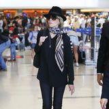 Stilgefühl kennt kein Alter! Jane Fonda (79) sieht selbst mit normalem Hemd und enger Jeans noch elegant aus, als sieauf dem Flughafen von Venedig ankommt. Erstaunlich, was die richtigen Accessoires ausmachen.