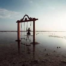 Traumhafte Kulisse vor den indonesischen Gili-Inseln: Aurora Ramazzotti auf einer der zahlreichen Schaukeln im seichten Wasser.