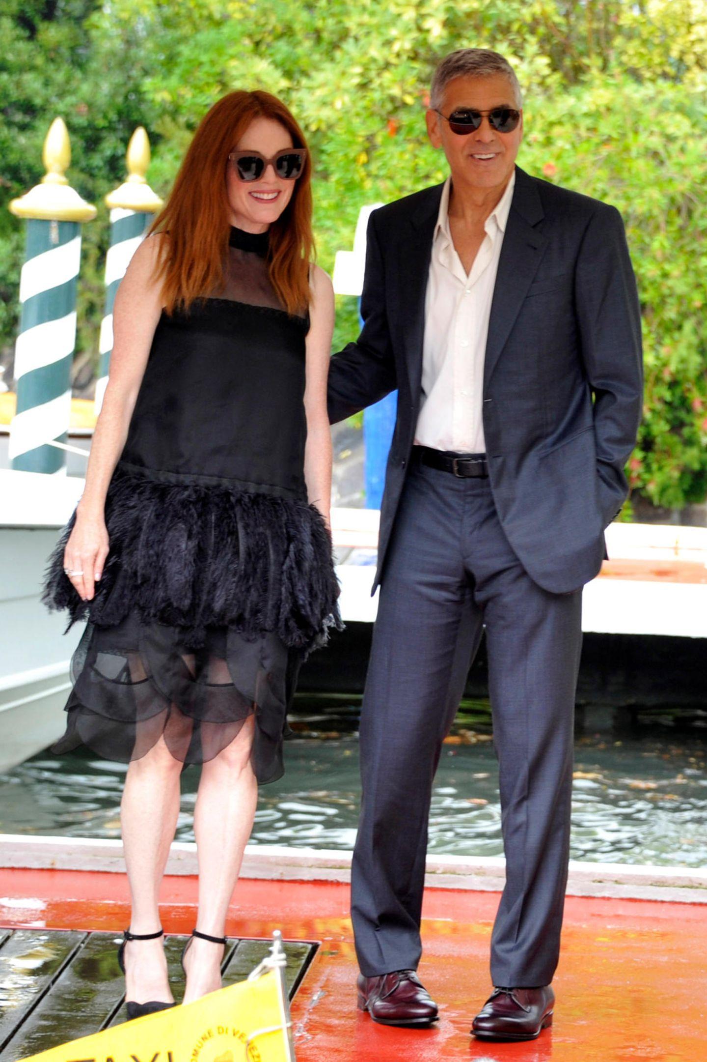 Im schwarzen Dress mit Feder-Röckchen zeigt sich Julianne Moore an der Seite ihres Kollegen George Clooney.