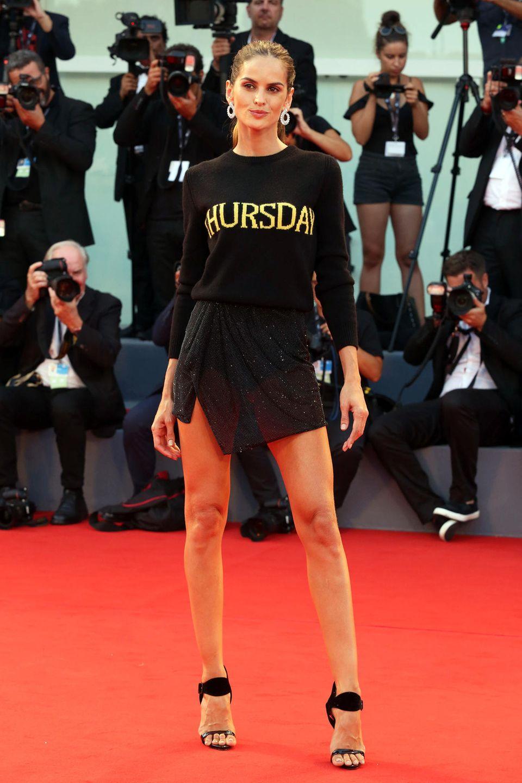 """Nach dem glamourösen Kleid von Alberta Ferretti zeigt sich Izabel Goulart zur Abwechslung im gar nicht so glamourösen Pullover-Outfit. Der Look ist allerdings auch von Alberta Ferretti, als Teil ihrer """"Rainbow Week""""-Kollektion"""