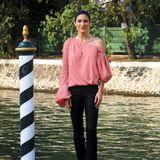 """Maritim mal anders: """"Limitless""""-Star Jennifer Carpenter zeigt sich in stylischer, asymmetrischer Streifen-Bluse."""
