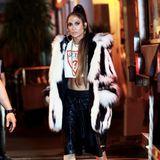 """Offenbar dreht Jennifer Lopez ein Musikvideo. In Lederhose, Guess Crop-Top und Fellmantel sieht die Sängerin auf jeden Fall ziemlich heiß aus. Ob wir uns auf eine neue Version von """"Jenny from the Block"""" freuen können?"""