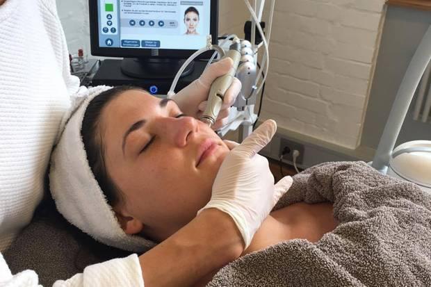 Durch die Abtragung von abgestorbenen Hautzellen, können frische, gesunde Hautzellen zum Vorschein kommen und das Gesicht wieder strahlen lassen.