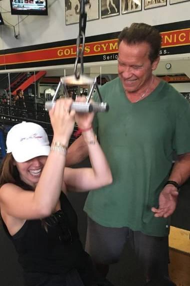 Einen besseren Fitnesscoach kann man wohl nicht bekommen: Tochter Katherine besucht ihren Vater Arnold Schwarzenegger in der Muckibude.