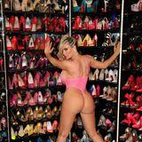 Knappe Strings, viel nackte Haut, bunte Farben und unendlich viele Schuhe: Vor ihrem Schuhschrank fühlt sich Coco Austin pudelwohl.