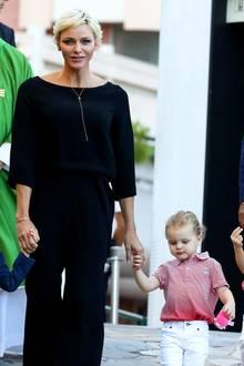 1. September 2017  Mit etwas längeren Haaren und strahlendem Lächeln zeigt sichFürstin Charlène an diesem sonnigen Tag.