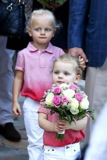 """1. September 2017  Stylisches Doppel: Die Zwillinge Jacques und Gabriella ziehen beim Picknick im """"Princess Antoinette Park"""" in weißen Jeans, Adidas-Sneakern undrot-weiß gestreiften Poloshirts alle Blicke auf sich."""