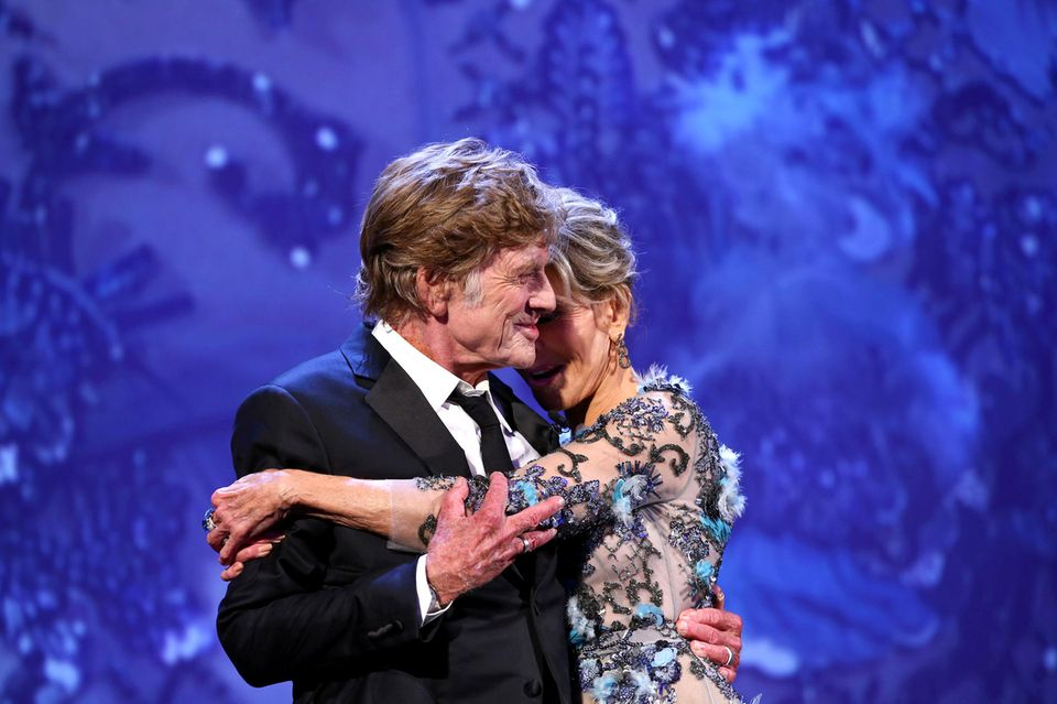 Robert Redford nimmt Jane Fonda liebevoll in die Arme.