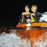 Amal und George Clooney fahren typisch im Wasseratxi vor.