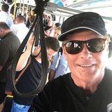 """Mit Sonnenbrille getarnt steigt David Hasselhoff in die volle U-Bahn. Doch """"The Hoff"""" will sich gar nicht verstecken, denn er teilt diesen Moment mit seinen Fans auf Instagram."""