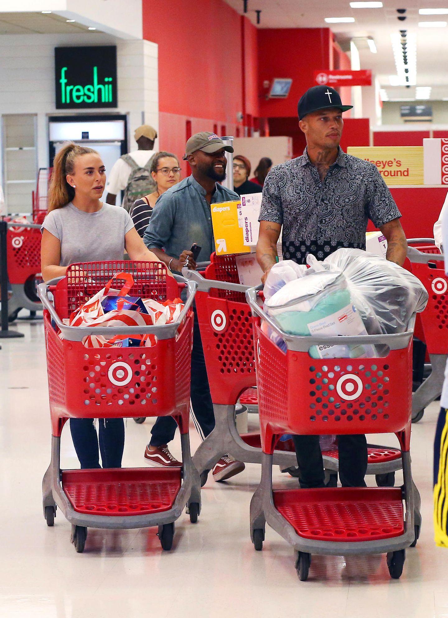 Chloe Green und Jeremy Meeks geraten bei Target in einen Kaufrausch und verlassen den Laden mit vollgepackten Einkaufswagen.