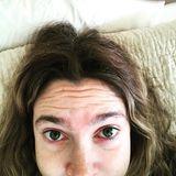"""""""OH MEIN GOTT Wie konnte ich es so schlimm werden lassen"""", schreibt Drew Barrymore unter dieses Selfie, das sie auf Instagram postete. Es zeigt sie mit grauen Haaren und wild wachsenden Augenbrauen, die schon einige Wochen nicht gezupft wurden. Später postete die 42-Jährige ein Foto nach ihrer Beauty-Kur und schrieb ganz offenherzig, sie sei zuallererst Mutter und lasse sich deshalb in Sachen Beauty-Routine auch mal gehen, weil einfach keine Zeit dafür bleibe. Die Fans freuen sich über Drews lebensnahe Einstellung."""