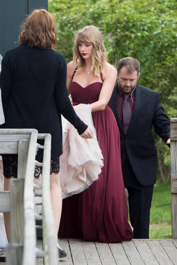 In Sachen Liebe kennt sich Taylor Swift zwar aus, ihr eigenes Happy End ist jedoch noch in weiter Ferne. Umso schöner, wenn sie als bezaubernde Brautjungfer in Bordeauxrot ihrer Freundin zur Hand gehen kann.