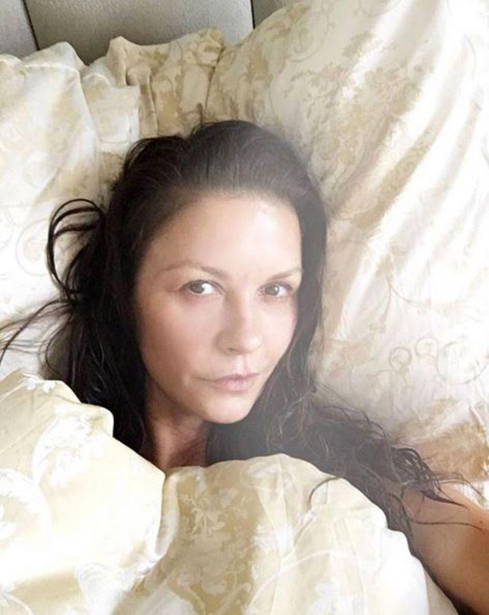 Tolle Frau, tolles Statement: Catherine Zeta-Jones zeigt sich verschlafen und völlig ohne Make-up ihren Fans. Ein gemütlicher Sonntag im Bett ist ja auch viel schöner als das ewige Aufstylen.