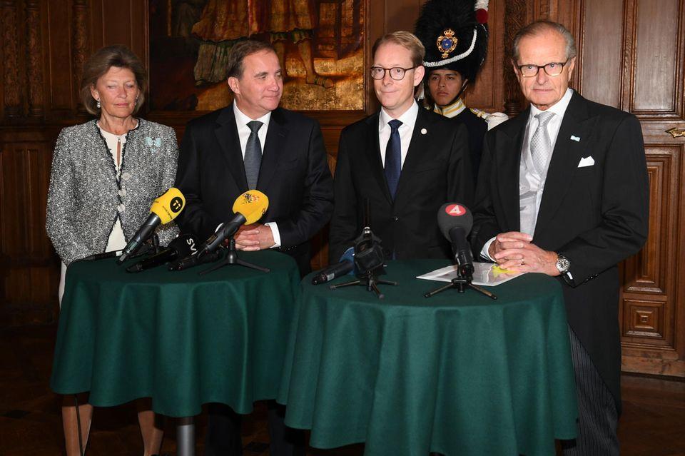 Nach der Kabinettssitzung berichten die Zeugen bei einer Pressekonferenz von ihrem Besuch bei Prinz Gabriel.