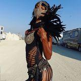 Eine Spur gefährlicher - aber mindestens genauso sexy - ist Jasmine Tookes auf dem Festival unterwegs. Ihre Lösung gegen all den Wüstensand: ein stylischer Mundschutz aus Ketten.