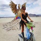 """Burning Man 2017  Beim Anblick von Sara Sampaio könnte man meinen, sie käme gerade von den """"Victoria's Secret""""-Fittings. Aber nein, das Unterwäsche-Model feiert in Gothic-Dessous auf dem Burning Man in der Black Rock Desert. Besonders cool: Ihr Segway im """"Mother of Dragons""""-Style."""