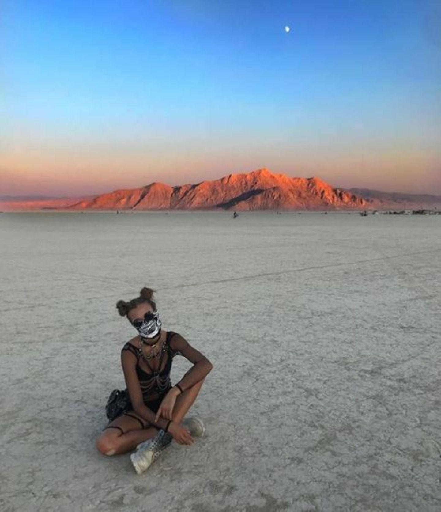 Den Skelett-Look setzt Josephine Skriver besonders cool auf dem Burning Man um.