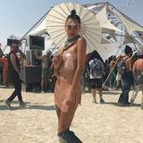 Ein bisschen Geisha, ein bisschen Mermaid, ein bisschen Biker: Model Shanina Shaik setzt auf einen extremen Stil-Mix.
