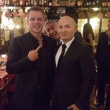 In Venedig kommt es einmal mehr zu einem niederträchtigen Fotoverbrechen: Kein Geringerer als Hollywoodstar George Clooney photobombt seinen Kollegen Matt Damon und einen Kellner. Den Kellner dürfte es nicht stören, schließlich hat er jetzt gleich zwei Superstars auf seinem Erinnerungsfoto.