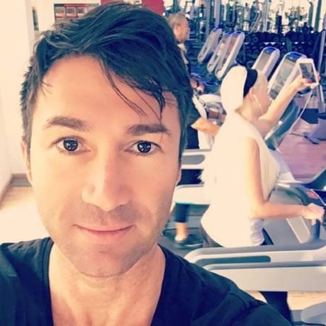 Die Woche beginnt, die Pflicht ruft: Lucas Cordalis postet ein Selfie aus dem Fitnessstudio. Im Hintergrund versucht sich Daniela Katzenberger an einer kompliziert wirkenden Laufband-Selfiepose.