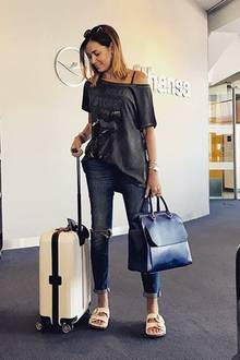 """""""Mein Mann hasst solche Schuhe"""", schreibt Model und Moderatorin Jana Ina Zarrella zu diesem Airport-Look auf Instagram. Wir finden, dass ihr die stylischen Sandalen ausgezeichnet stehen."""