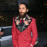 "6. September 2017   Abends in London, bevor es rein geht in das ""Tate Modern"", zu den ""GQ Men of the Year""-Awards, wird Oscarpreisträger Jared Leto in seinem karierten, roten, mit floralen Mustern geschmückten Anzug abgelichtet."
