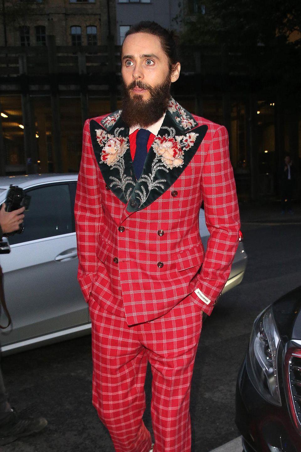 """6. September 2017  Abends in London, bevor es rein geht in das """"Tate Modern"""", zu den """"GQ Men of the Year""""-Awards, wird Oscarpreisträger Jared Leto in seinem karierten, roten, mit floralen Mustern geschmückten Anzug abgelichtet."""