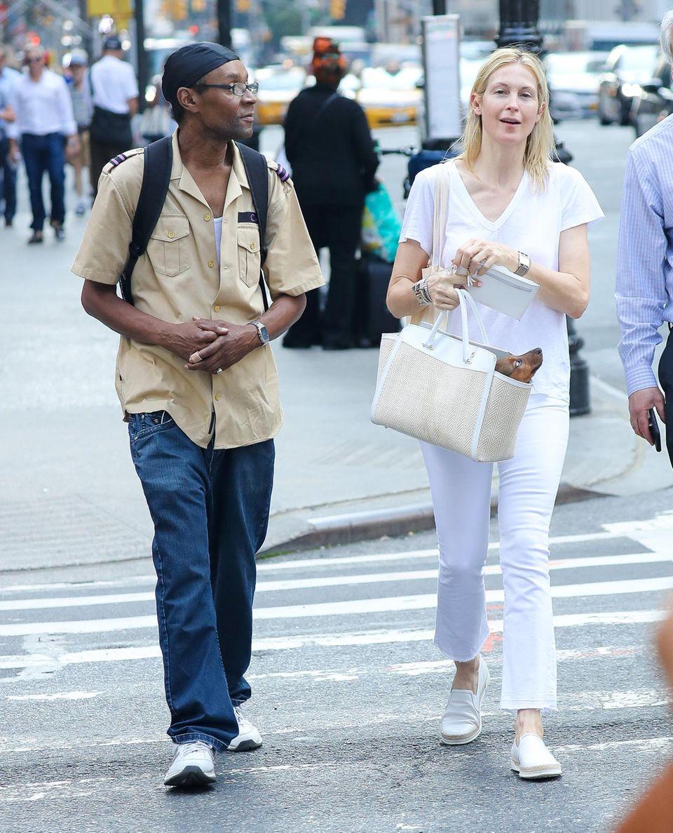 5. September 2017  Schauspielerin Kelly Rutherford unterwegs in New York: Mit ihrem süßen Hündchen in der Tasche die Straße überquerend, wird sie von einem Obdachlosen angesprochen...
