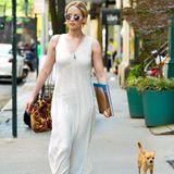In ihrer Freizeit ist Jennifer Lawrence besonders enspannt unterwegs. Das gilt auch für ihre Klamottenwahl. In einem lockeren Maxikleid geht sie mit ihrem Hündchen in New York spazieren.
