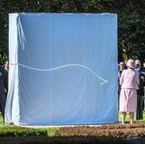 29. August 2017  Das Denkmahl für die verstorbenen Seeleute ist meerblau verhüllt - die Königin waltet ihres Amtes und zieht an einer Schnur.