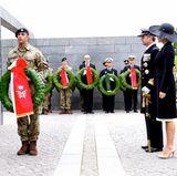 5. September 2017  Am sogenannten Flaggentag legen Prinzessin Mary und Prinz Frederik zum Andenken an dänische Soldaten, die im Ausland gefallen sind, einen Kranz nieder. Auf der roten Schleife prangt ihr gemeinsames Monogramm.
