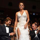 So aufmerksam ist Penélopes Mann Javier Bardem! Der Oscar-Preisträger passt auf, dass sie mit ihrem wertvollen Versace-Kleid nicht im Kinosessel hängenbleibt.