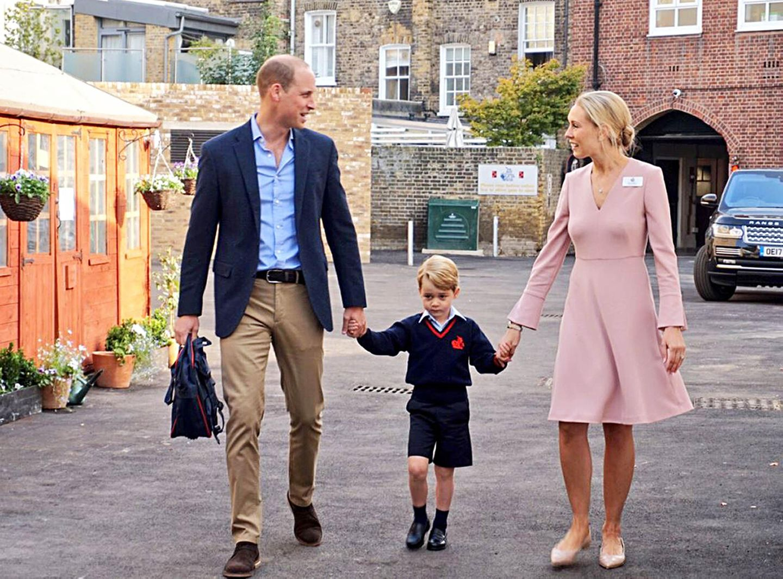 An diesem großen Tag begleitet ihn sein Papa, Prinz William. Seine Mutter, Herzogin Catherine, bleibt hingegen zu Hause. Sie schont sich scheinbar schon, befindet sie sich doch in ihrer dritten Schwangerschaft.