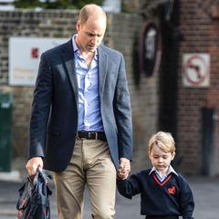 Während George an der Hand von seinem Papa läuft, redet dieser ihm gut zu. So richtig glücklich scheint der kleine Prinz dennoch nicht. Er bleibt skeptisch.