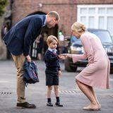 Hier wird er herzlichst an der Schule empfangen und schüttelt die erste Hand.