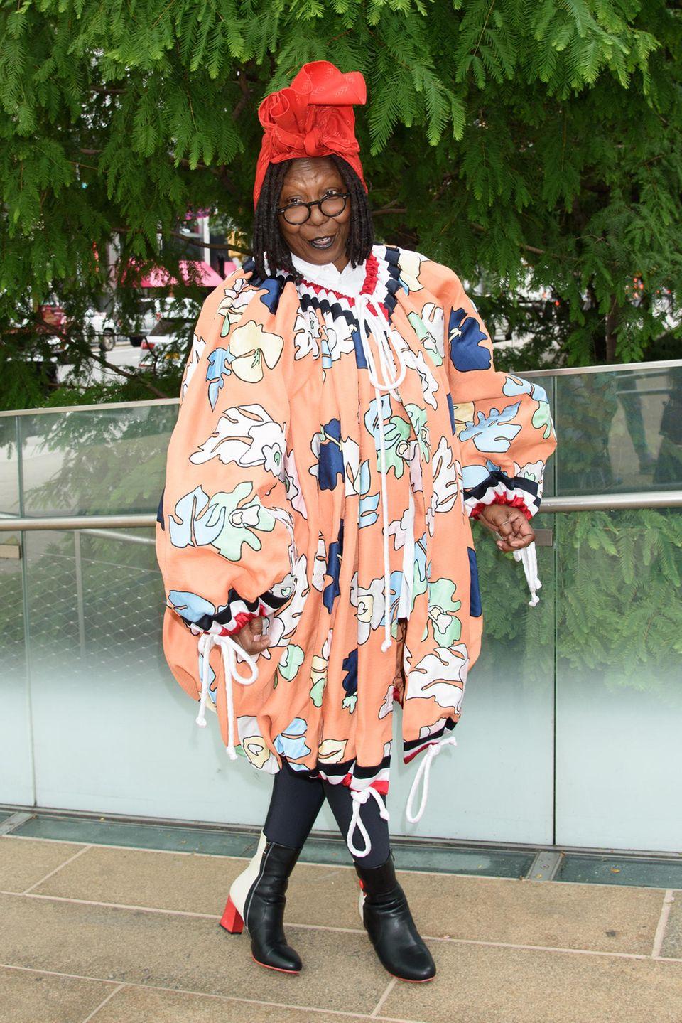 """6. September 2017  Beim """"Couture Council Award Luncheon"""" in New York geht es heiß her in der Welt der Mode. Dass dabei der Spaß nicht verloren geht, dafür sorgt Whoopi Goldberg. DieComedy-Legende zaubert mit einem für sie gewöhnlich ungewöhnlichen Outfit ein Lächeln in die Gesichter der Fashionwelt."""