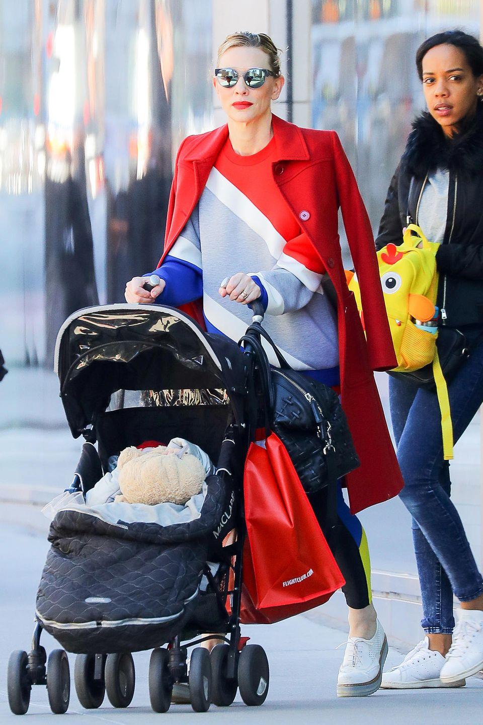 Gestylt mit sportlichem Outfit und knallroten Lippen zum eleganten, leuchtend roten Mantel können wir uns an Cate Blanchett gar nicht satt genug sehen.