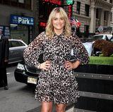 Niedlich mit einem Hauch von Wildnis: OITNB-Star Taylor Schilling zeigt sich im schwarz-weiß geflecktem Chiffon-Kleid.