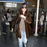 Kunstfell-Mäntel mit Leo-Print-Optik werten selbst langweilige Jeans-Pullover-Looks optisch auf. Dakota Johnson macht's vor.